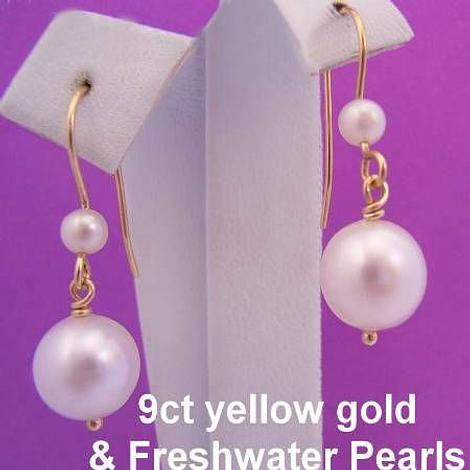 9CT YELLOW GOLD FRESHWATER PEARL DROPS & FEATURE PEARL HOOK DESIGN EARRINGS